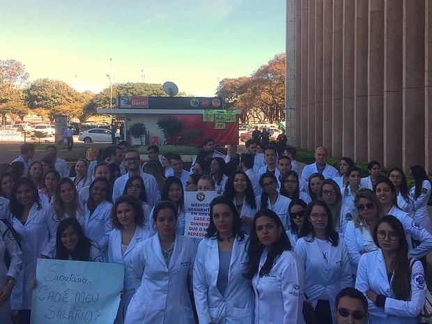 Médicos residentes da rede pública de saúde do Distrito Federal em frente à Secretaria de Planejamento nesta segunda-feira (27); grupo decidiu suspender a greve após acordo de pagamento (Foto: Bruno Braga Borges/Divulgação)