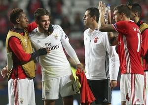 Ederson é cumprimentado pelos companheiros do Benfica (Foto: AP Photo/Steven Governo)