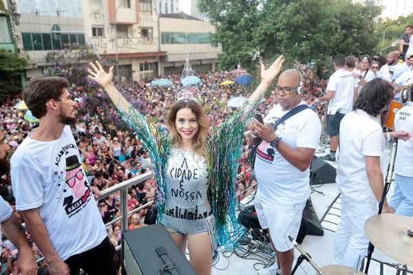 Leandra Leal aposta em look curtinho e brilhante para bloco de carnaval