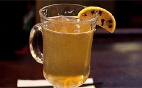 Hot Toddy mistura uísque e suco de limão