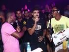 Caio Castro solta a voz e canta com grupo de pagode em boate no Rio
