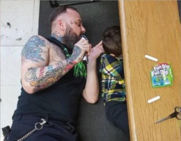 Franz deitado cortando o cabelo de Wyatt (Foto: Reprodução Facebook)
