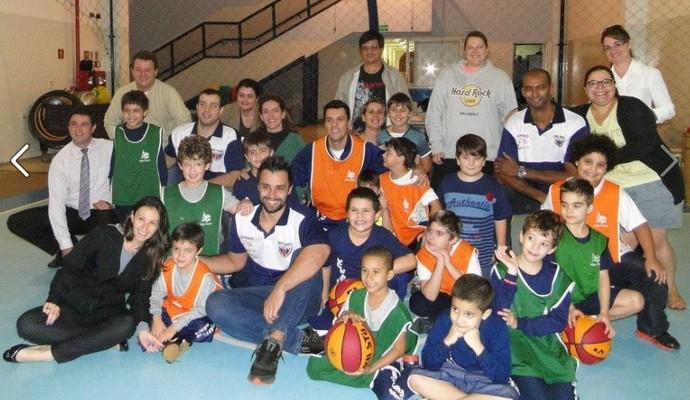 Jogadores do Rio Claro visitam escola (Foto: Ricardo Prado/AI Rio Claro)
