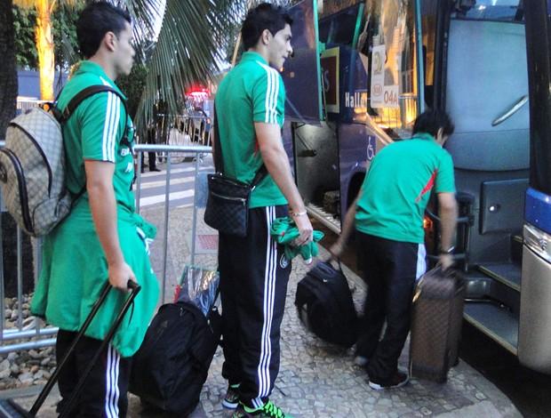 jogadores do México entram no ônibus rumo ao aeroporto (Foto: Valeska Silva)