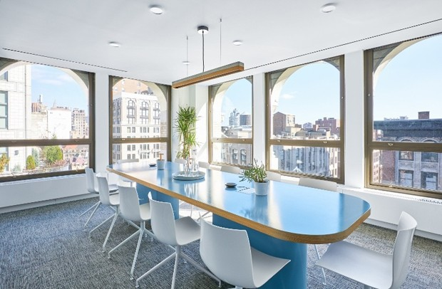 Mas também tem sala de reuniões convencional (Foto: Reprodução)