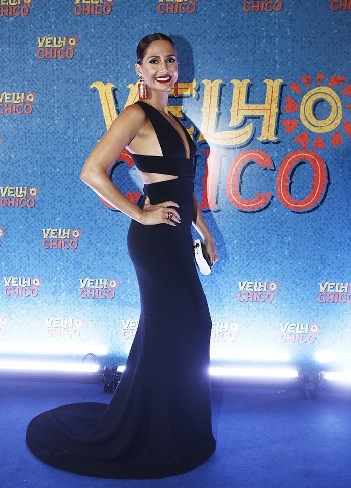 Camila Pitanga em um vestido recortado deslumbrante (Foto: Inácio Moraes/Gshow)