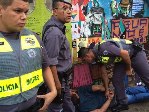Após sofrer agressão, policial militar ficou ferido com um corte na testa (Foto: Glauco Araújo/G1)