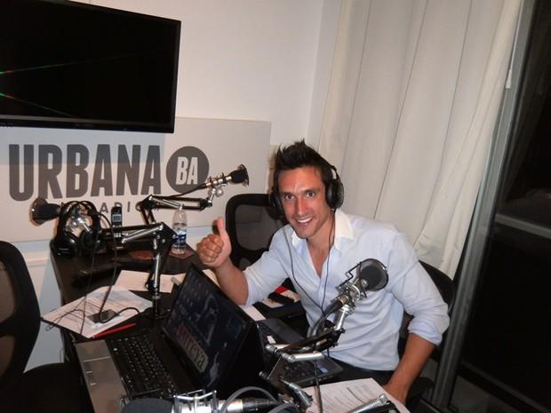 Pablo Esposito gravando seu programa de rádio (Foto: Facebook/Reprodução)