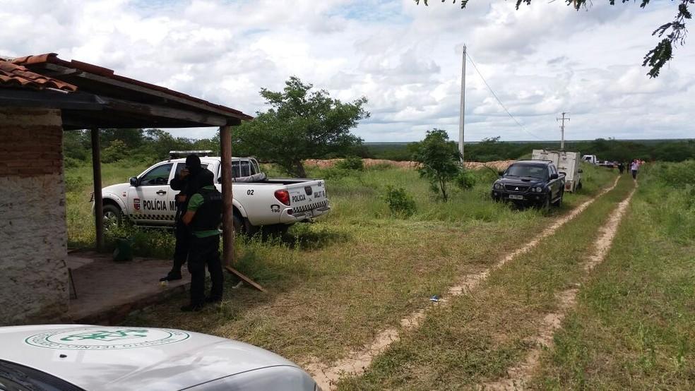 Segundo a PF, outros ^dois suspeitos fugiram pelo matagal (Foto: Jair Sampaio )