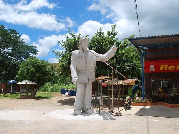 Estátua de Roberto Carlos, em Baunilha, Colatina (Foto: Uéber Chaves de Oliveira/ Foto Leitor A Gazeta)