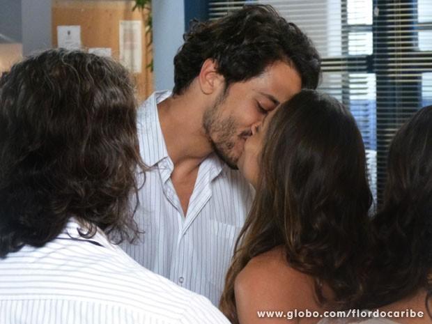 Fora da cela, Hélio beija Zuleika (Foto: Flor do Caribe/TV Globo)