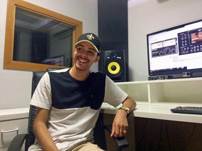 DJ Jorgin no estúdio que montou em sua casa, em que gravou 'Deu onda' e outros hits do funk de SP