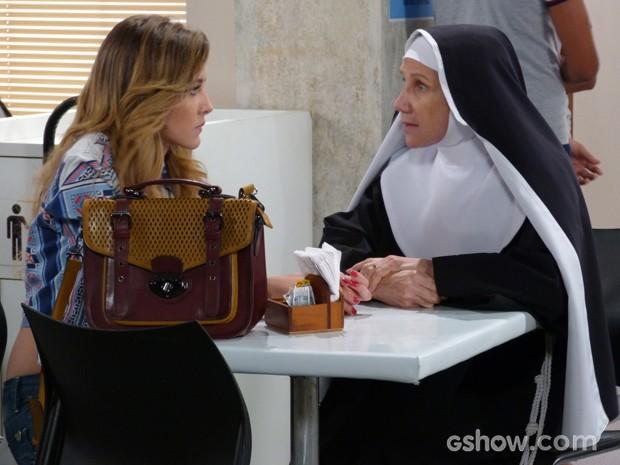 Regente Regina dá a dica de procurar uma pessoa que entenda de Internet  (Foto: Malhação / TV Globo)