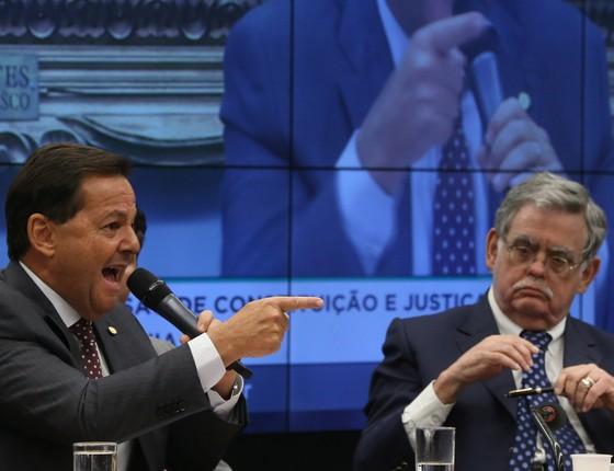 O deputado Sérgio Zveiter, relator do processo contra o Presidente Temer na Comissão de Constituição e Justiça (CCJ) ao lado do advogado Antônio Claudio Mariz (Foto: André Coelho / Agência O Globo)
