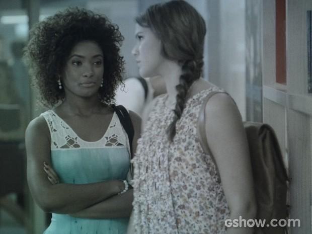 Alice dá uma dura na prima e quer saber qual é a dela e de Laerte (Foto: Em Família/TV Globo)