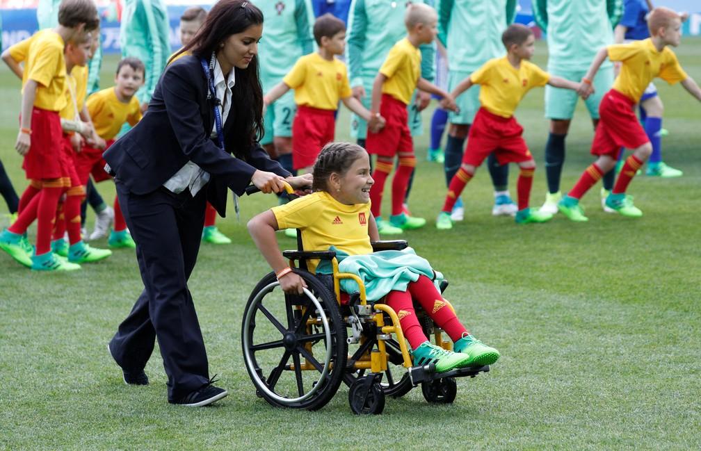 Mascote cadeirante sai com casaco de Cristiano Ronaldo em Rússia x Portugal pela Copa das Confederações (Foto: REUTERS/Maxim Shemetov)