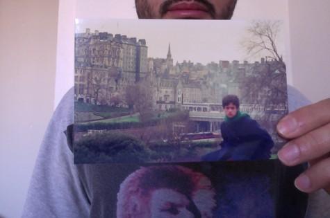 Álamo Facó mostra a foto que fez na Escócia, com 17 anos (Foto: Arquivo pessoal)