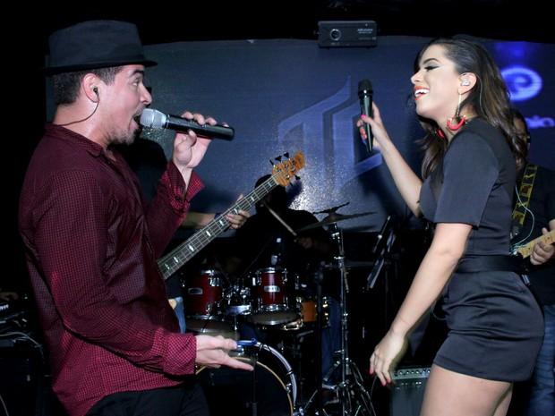 Thiago Martins e Anitta cantam em boate na Zona Sul do Rio (Foto: Alex Palarea/ Ag. News)