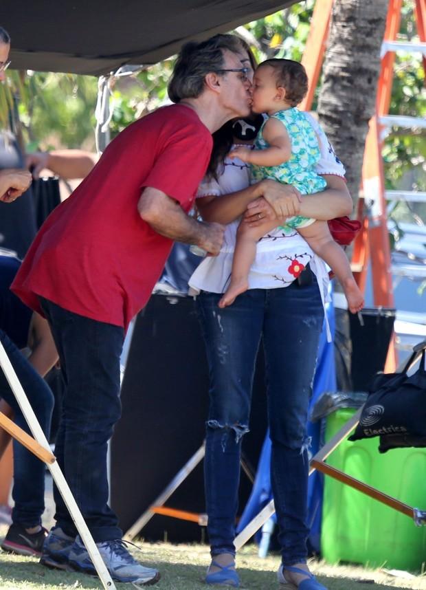 Herson Capri beija filha  (Foto: André Freitas/AgNews)