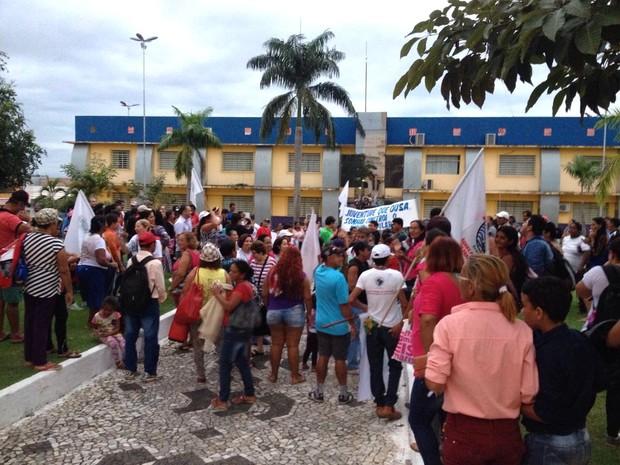Após percorrer Avenida Sete de Setembro, manifestantes foram para prefeitura (Foto: Matheus Henrique/ G1)