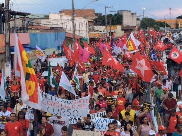Manifestação percorreu bairro da capital sergipana (Foto: Tassio Andrade/G1)