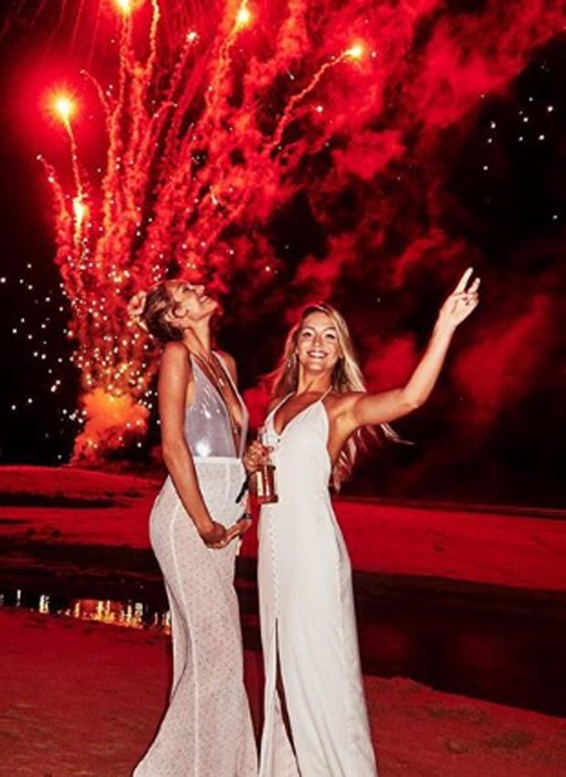 Candice Swanepoel com amiga em Réveillon na Bahia (Foto: Reprodução/Instagram)