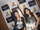 Anitta faz sua pose clássica com vocalista do Babado Novo
