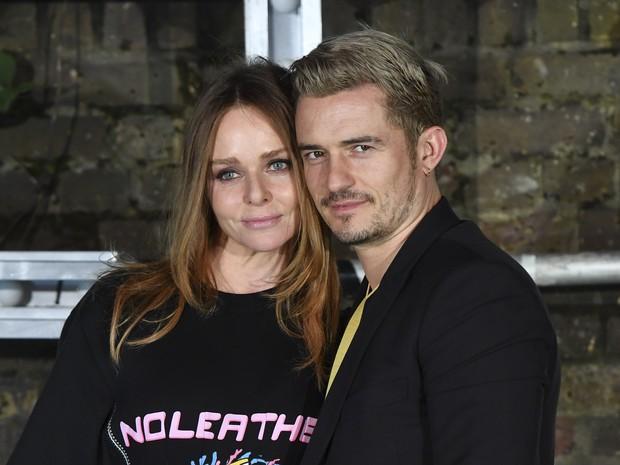 Orlando Bloom e Stella McCartney em evento de moda em Londres, na Inglaterra (Foto: Ben Stansall/ AFP)