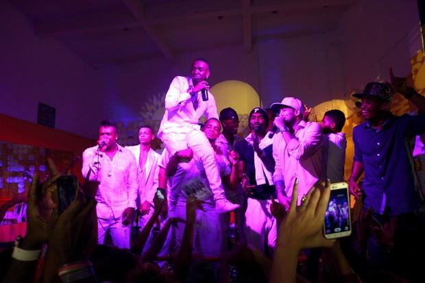 Nego do Borel no palco com os amigos convidados MC's (Foto: Isac Luz/EGO)