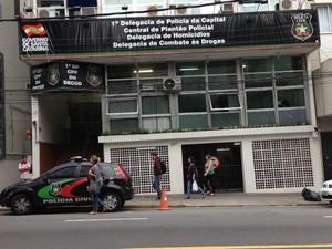 Delegacias permanecem funcionando durante a mobilização da Polícia Civil (Foto: Naim Campos/RBS TV)