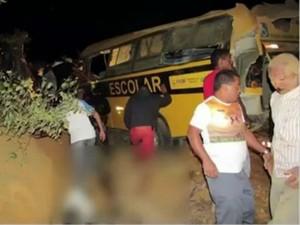Ônibus tombou na BA-634 entre Itambé e Ribeirão do Largo (Foto: Reprodução / TV Bahia)