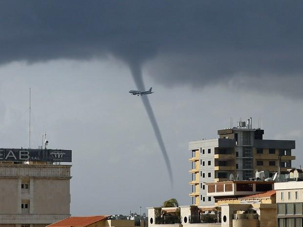Uma tromba d'água se formou sobre o Mar Mediterrâneo enquanto um avião se preparava para pousar no Aeroporto Internacional de Beirute, nesta quinta-feira (1º) (Foto: Jamal Saidi/Reuters)
