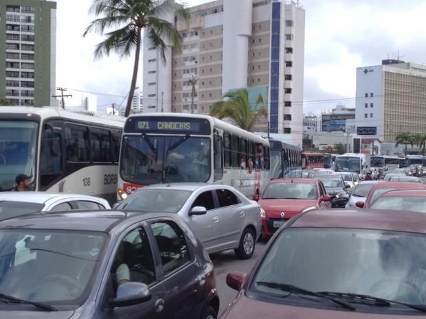 Protesto de taxistas no Recife causa reflexo no trânsito na área (Foto: Marlon Costa/Pernambuco Press)