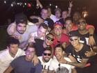 Após cair no samba, Neymar se diverte em festa com famosos no Rio