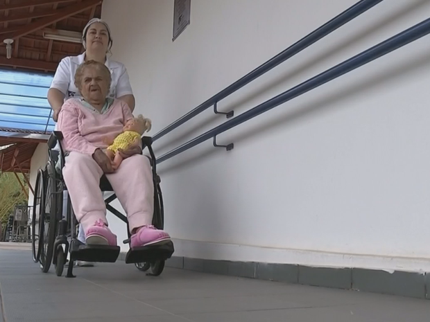 Profissão de cuidador de idosos está em alta (Foto: Reprodução/TV TEM)