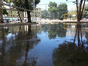Água se acumulou na praça e em ruas do conjunto José Tenório. (Foto: Kléverton Amorim/Arquivo pessoal)