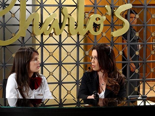 Sem ser visto, Ulisses ouve Carolina confessando sua paixão por Zenon (Foto: Guerra dos Sexos / TV Globo)