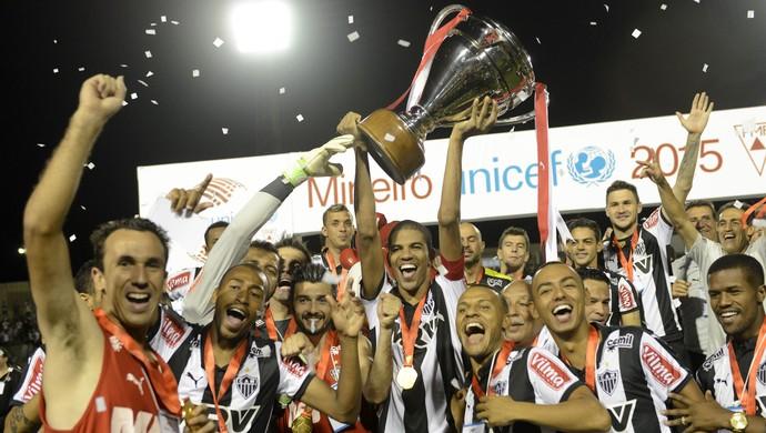 Jogadores do Atlético-MG levantam a taça de campeão Mineiro (Foto: Douglas Magno)