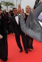 Brahim Zaibat, ex de Madonna, faz piruetas no tapete vermelho