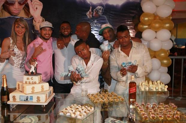 Nego do Borel com amigos MC's em festa de aniversário (Foto: Isac Luz/EGO)