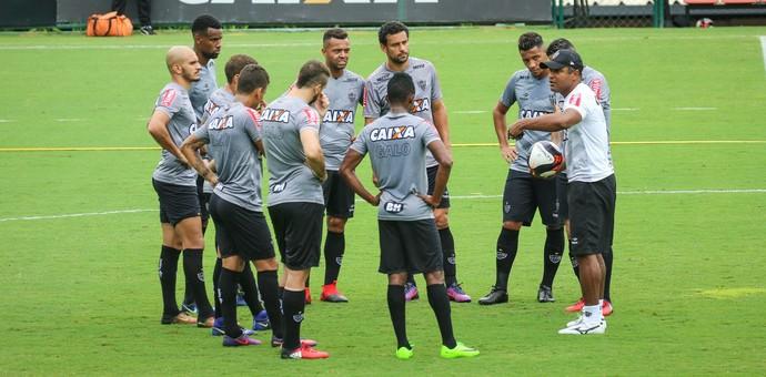Técnico Roger Machado conversa com os jogadores (Foto: Bruno Cantini / Flickr do Atlético-MG)