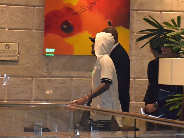 Neymar em hotel na Zona Sul do Rio (Foto: Webert Belicio/ Ag. News)