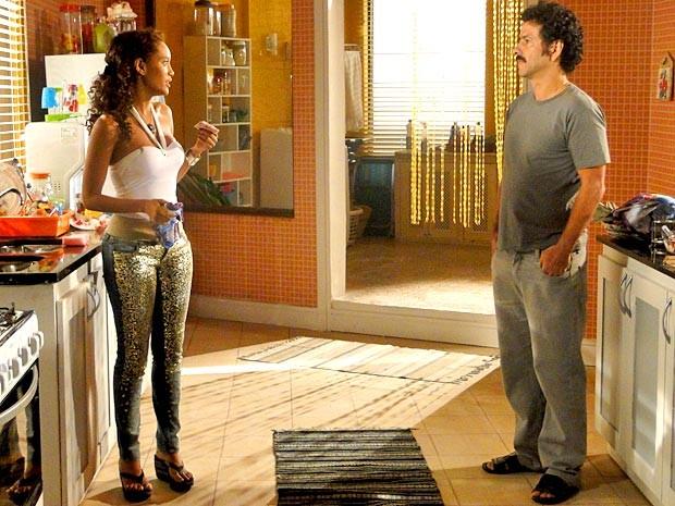 Penha recebe o dinheiro de Sandro (Foto: Cheias de Charme / TV Globo)