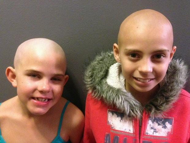 Kamryn Renfro, de 9 anos (à esquerda), raspou a cabeça em apoio a Delaney Clemente, de 11 anos, que faz quimioterapia para combater o câncer (Foto: AP/Arquivo de família)