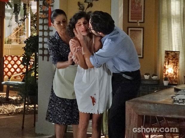 Juliana tem aborto espontâneo e é amparada por Fernando e Cida (Foto: Em Família/ TV Globo)