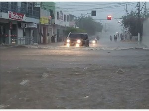 Chuva em Hidrolândia neste fim de semana alaga ruas da cidade (Foto: Reprodução/TV Verdes Mares)