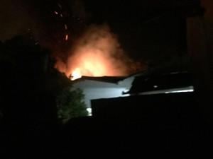 Motos que estavam no pátio de delegacia foram queimadas (Foto: Blog de Pdeo II)