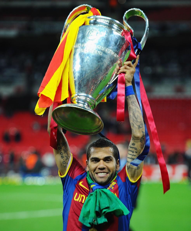 Daniel Alves ergue a taça da Liga dos Campeões da Europa de 2009 (Foto: Getty Images)