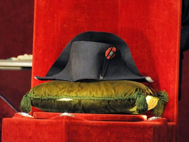 Chápeu que pertenceu a Napoleão foi vendido em leilão neste domingo (16), na França (Foto: DOMINIQUE FAGET / AFP)