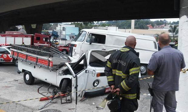 Kombi atingiu veículo do mesmo modelo ao despencar de viaduto (Foto: Tonny Bandeira/Sigmapress/Estadão Conteúdo)